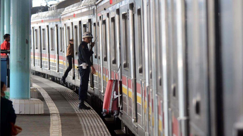 Perlintasan Kereta Commuter Line di Lenteng Agung Kerap Diserobot Pemotor