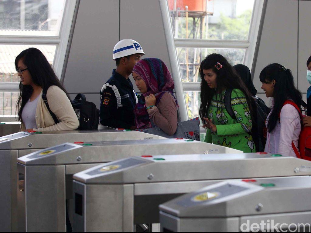 Penyandang Tunanetra: Jatuh Bangun di Kereta, Digeser dari Bangku Prioritas