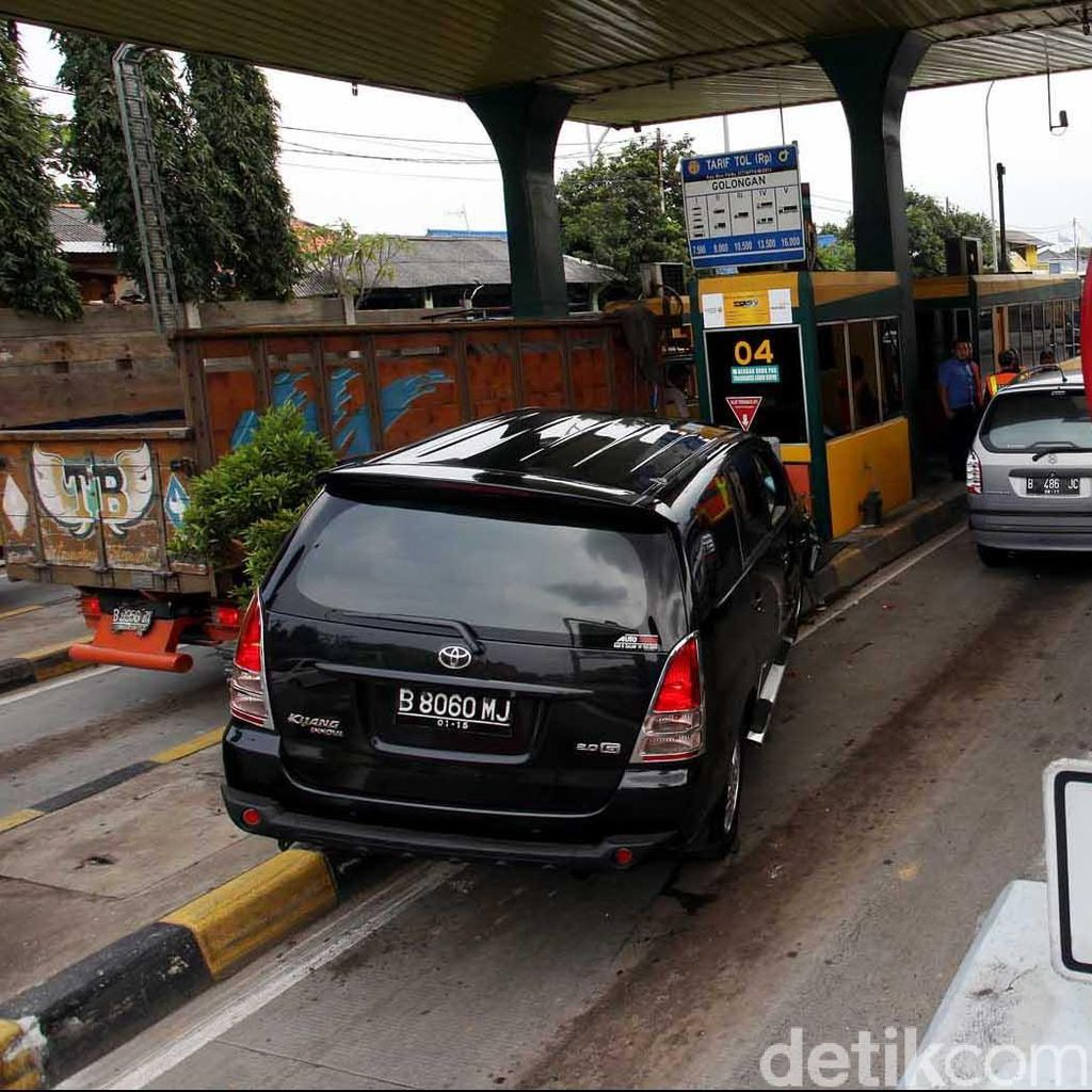 Gulungan Busa Sempat Menutup Jalur di KM 46 Tol Jakarta-Cikampek