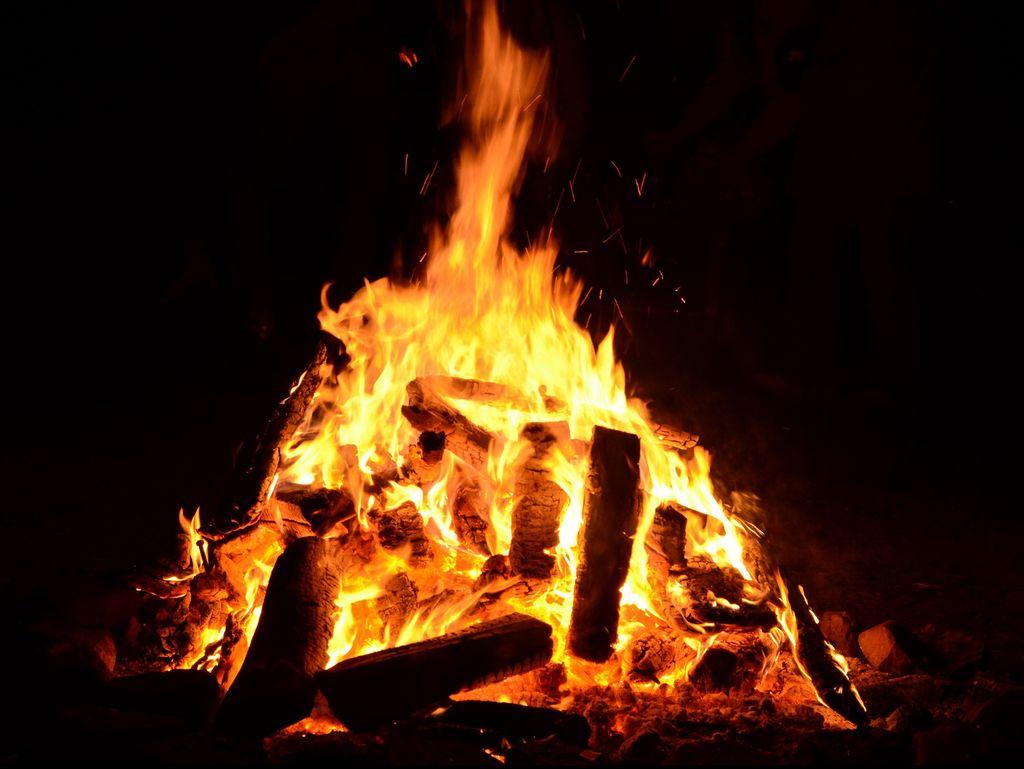 Si Jago Api Mengamuk Jl Pintu II TMII, 11 Mobil Pemadam Meluncur