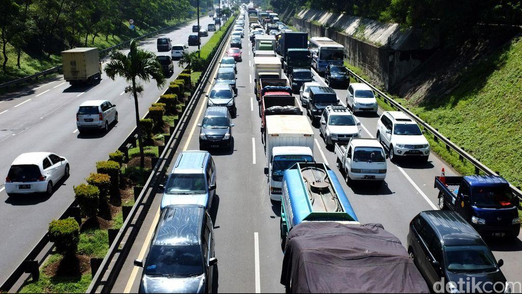 Bus Sinar Jaya Belum Dievakuasi, Tol JORR Arah Bekasi Masih Macet 10 KM