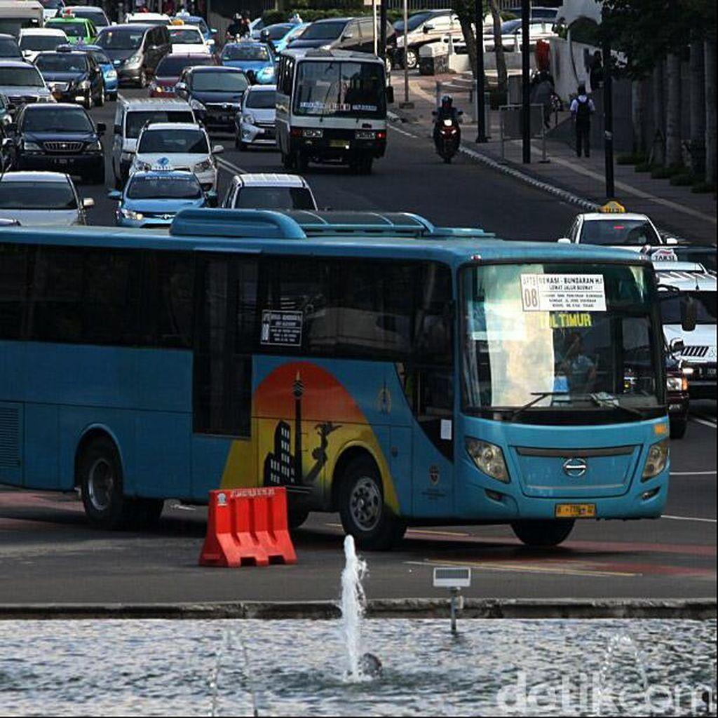 Demo Buruh, Bus TransJ Rute Blok M-Kota Tetap Beroperasi