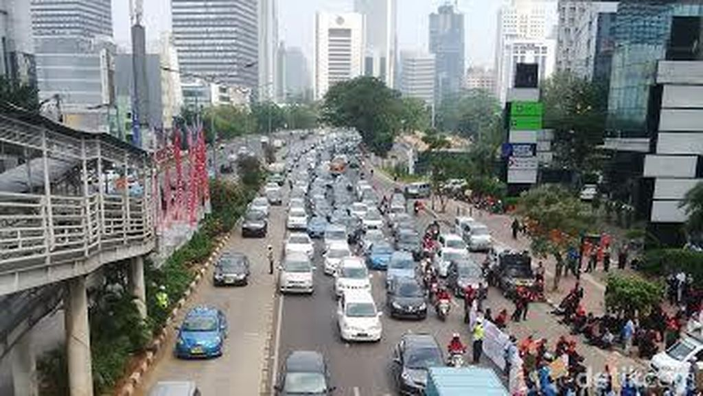 Massa Buruh di Depan Plaza UOB Belum Pergi, Jl Thamrin Masih Macet