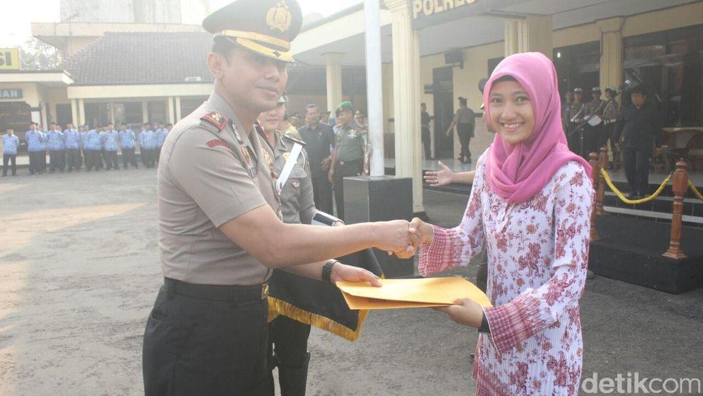 Thalia, Mahasiswi Cantik Pembekuk Perampok Semringah Diberi Reward Polisi
