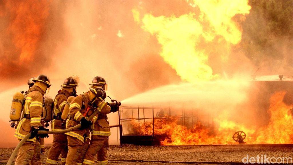 Pabrik Kaca di Tangerang Terbakar
