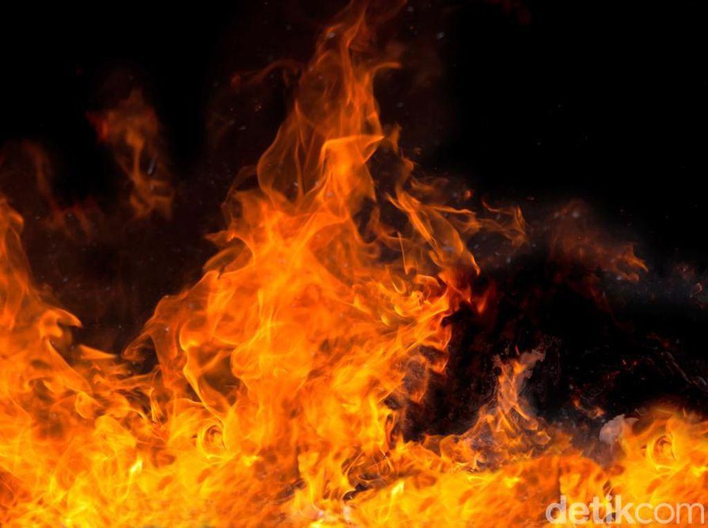 Petugas Lakukan Pendinginan, Belum Diketahui Penyebab Kebakaran Pool TransJ