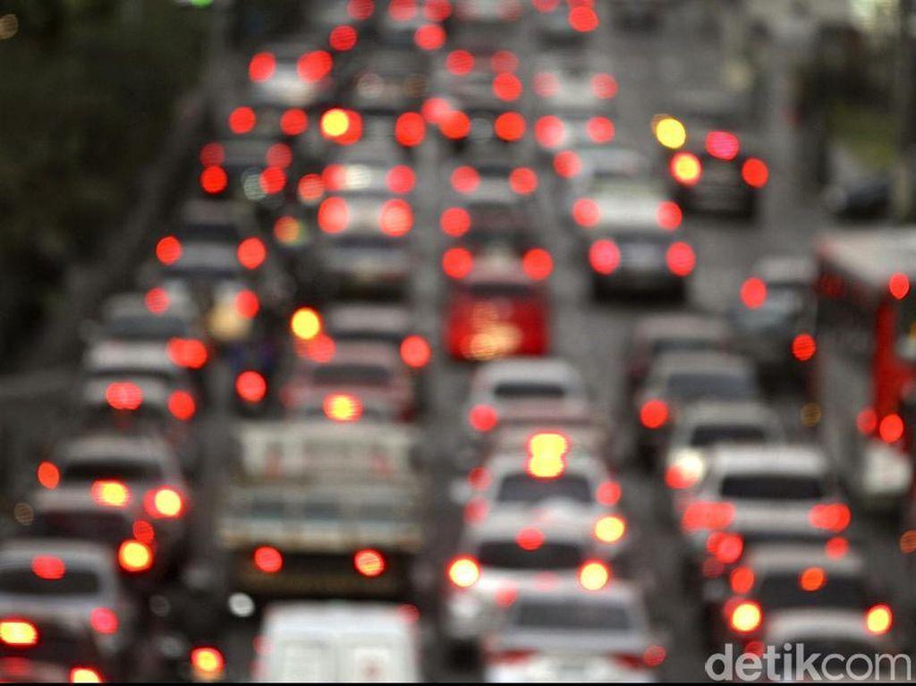 Macet Horor Long Weekend, 4 Jam dari Jakarta Baru Capai KM 33 Tol Cikampek