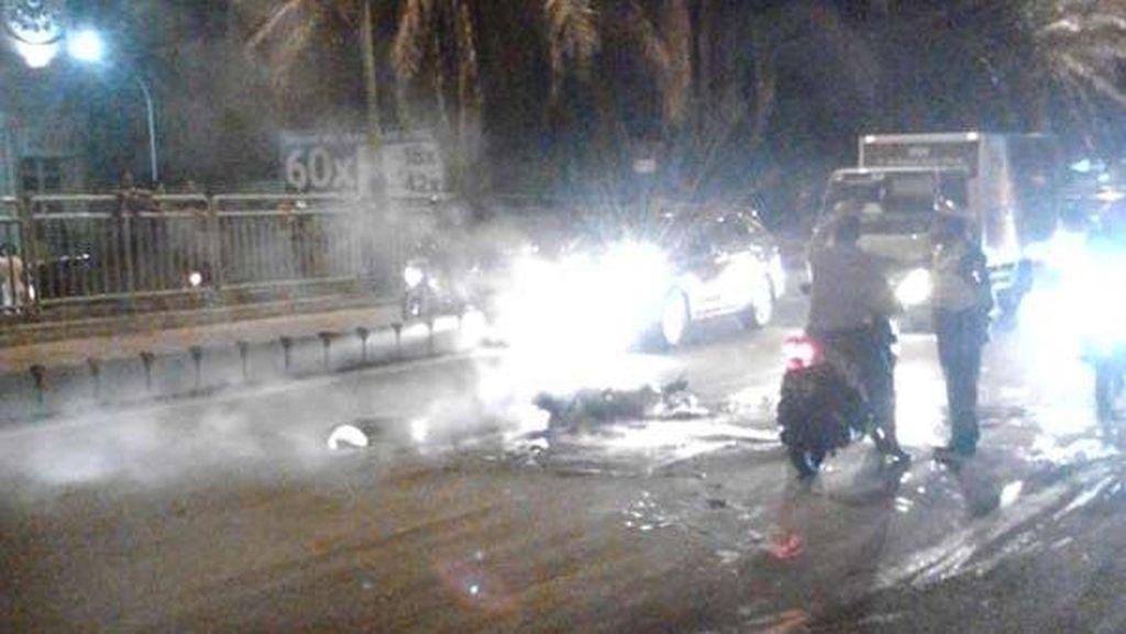 Vespa Terbakar di Underpass Gandaria CIty