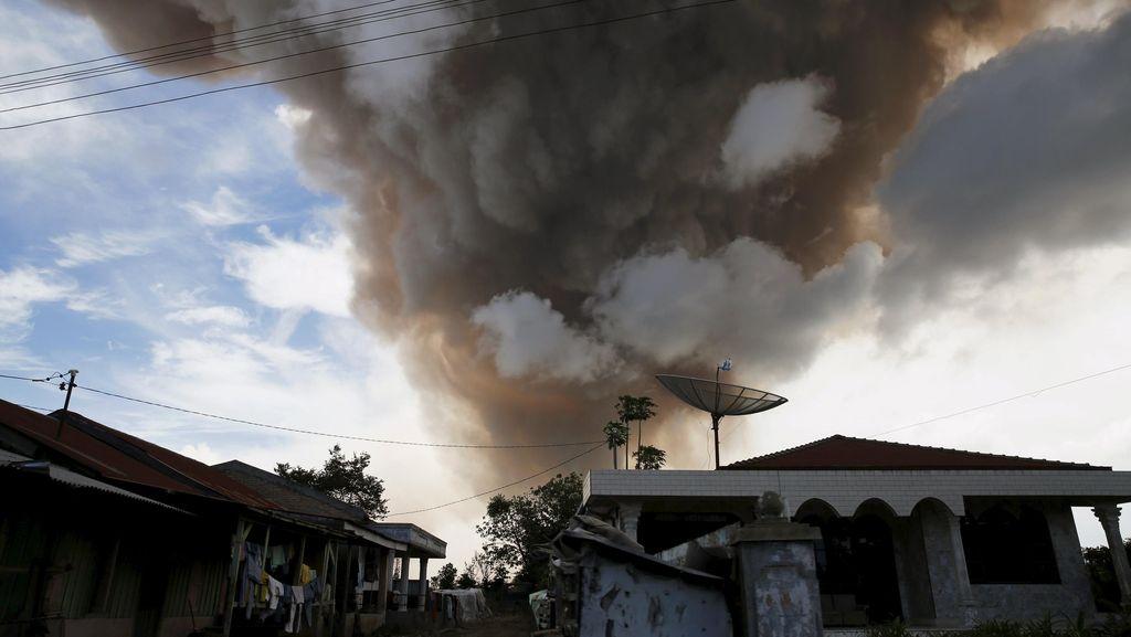 Gunung Sinabung Keluarkan Awan Panas Guguran 3 Kali Hari ini