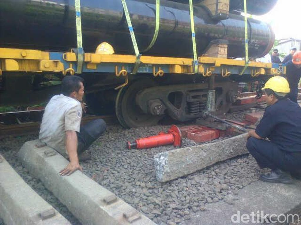 Pekerja Perbaikan Rel Tewas Tersambar Kereta di Kendal