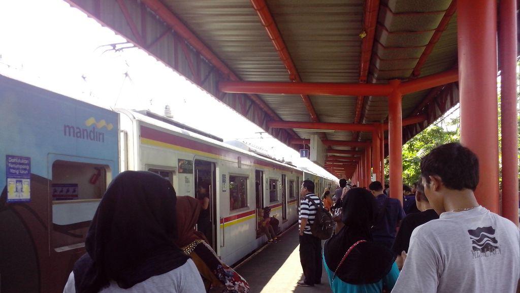 Listrik Mati Hambat Perjalanan KRL di Stasiun Rawa Buaya