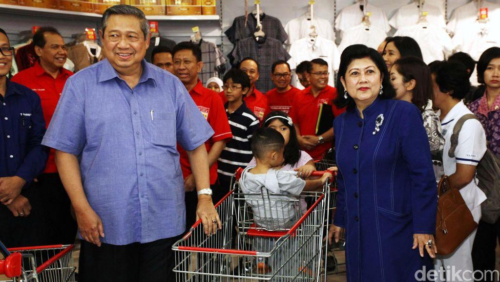 Tiba di Pacitan, SBY Langsung Ziarah ke Makam Ayahanda