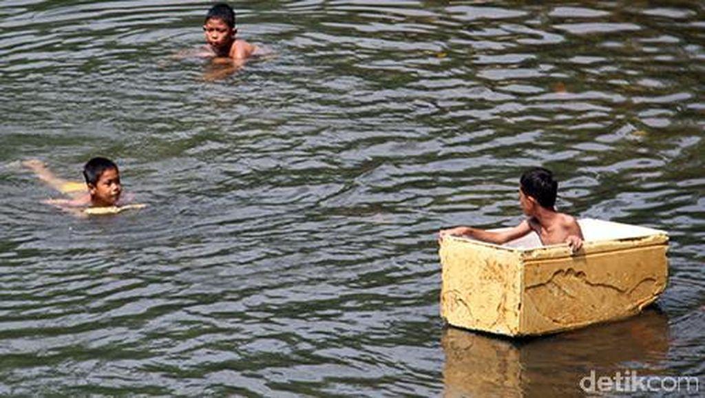 Melihat Anak-anak Asyik Berenang di Sungai Ciliwung yang Bersih