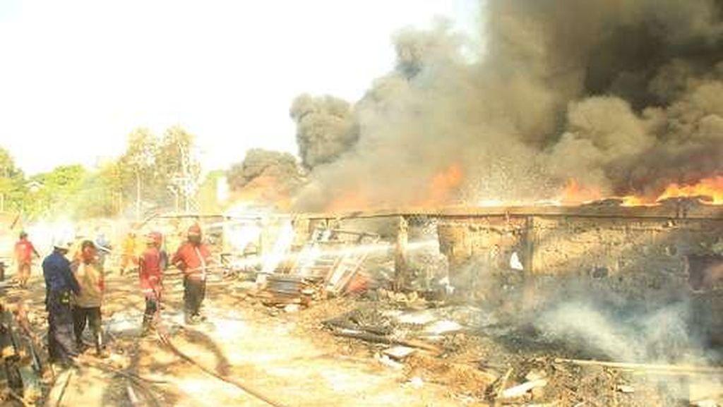 Kebakaran Dahsyat Gudang Karpet di Jatibening Bisa Dipadamkan