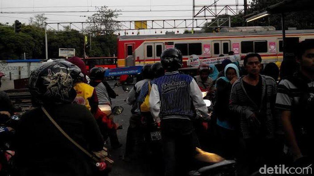 Semrawutnya Parkiran Motor dan Trotoar di Stasiun Jatinegara
