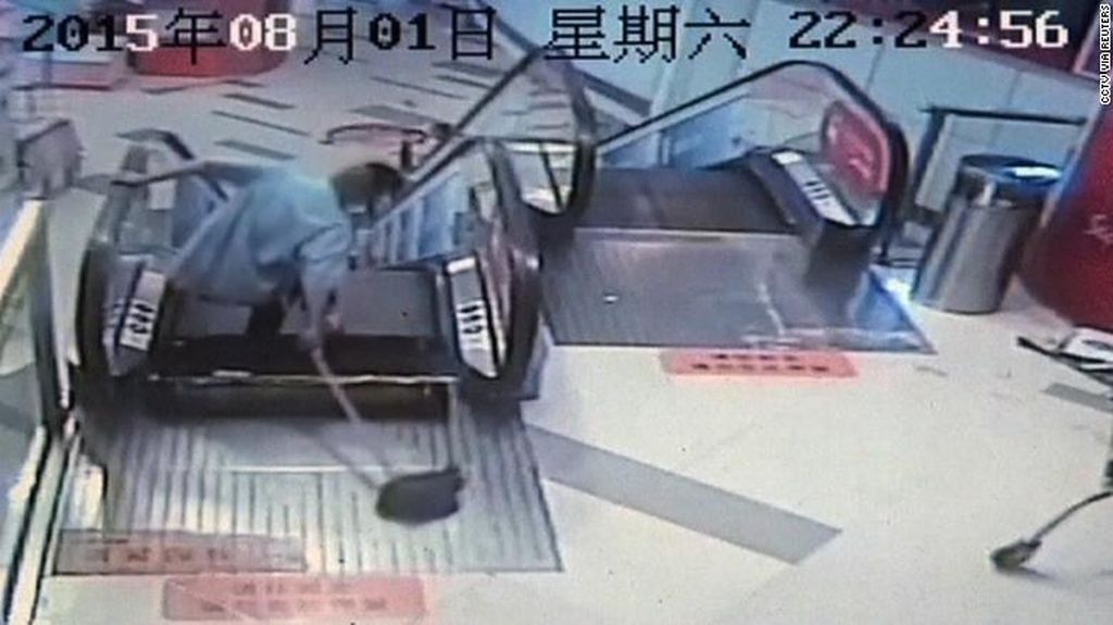 Terjepit Eskalator, Kaki Pria Shanghai Diamputasi
