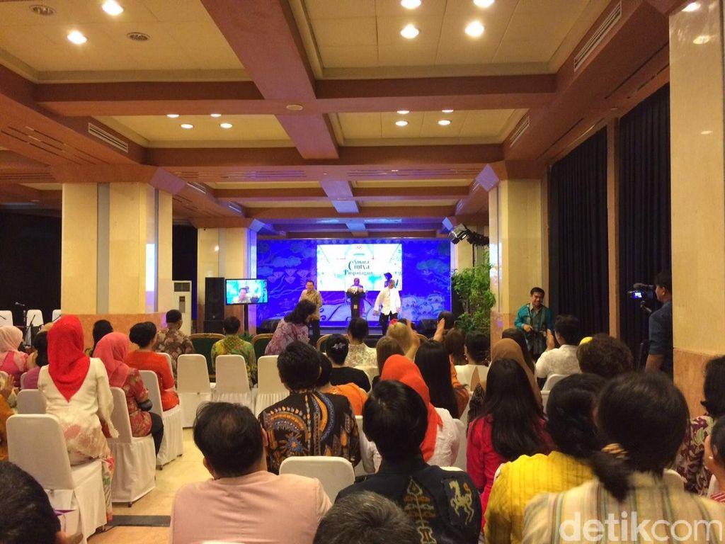 Ahok Bantu Geser Podium yang Tinggi Ketika Istri JK Kesulitan Saat Pidato