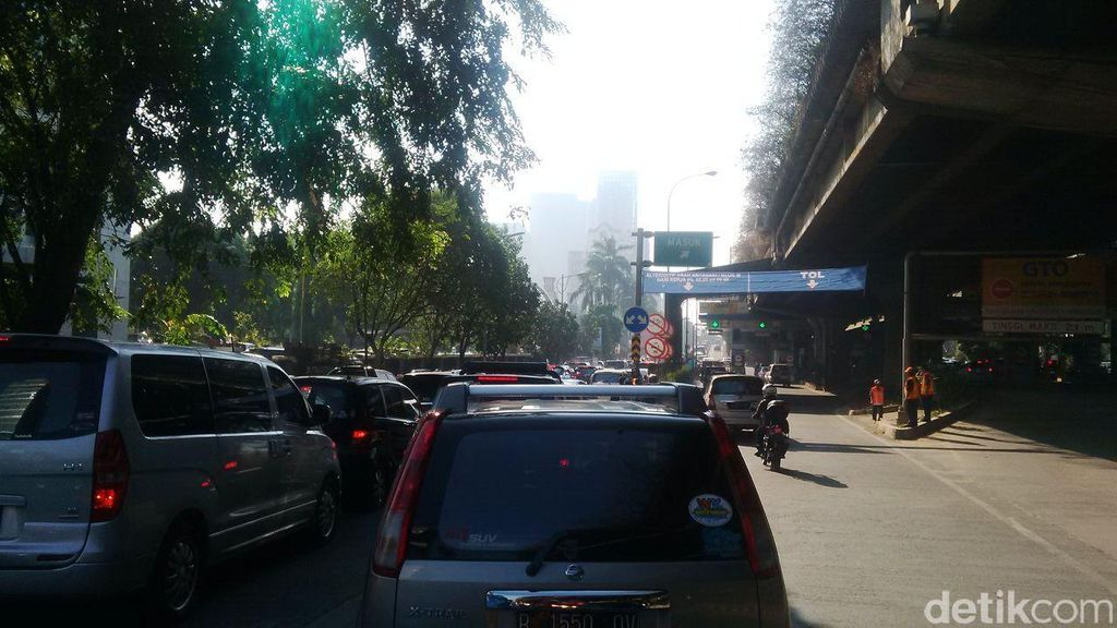 Motor Gratis Masuk Tol JORR Depan Citos, Lalin Padat