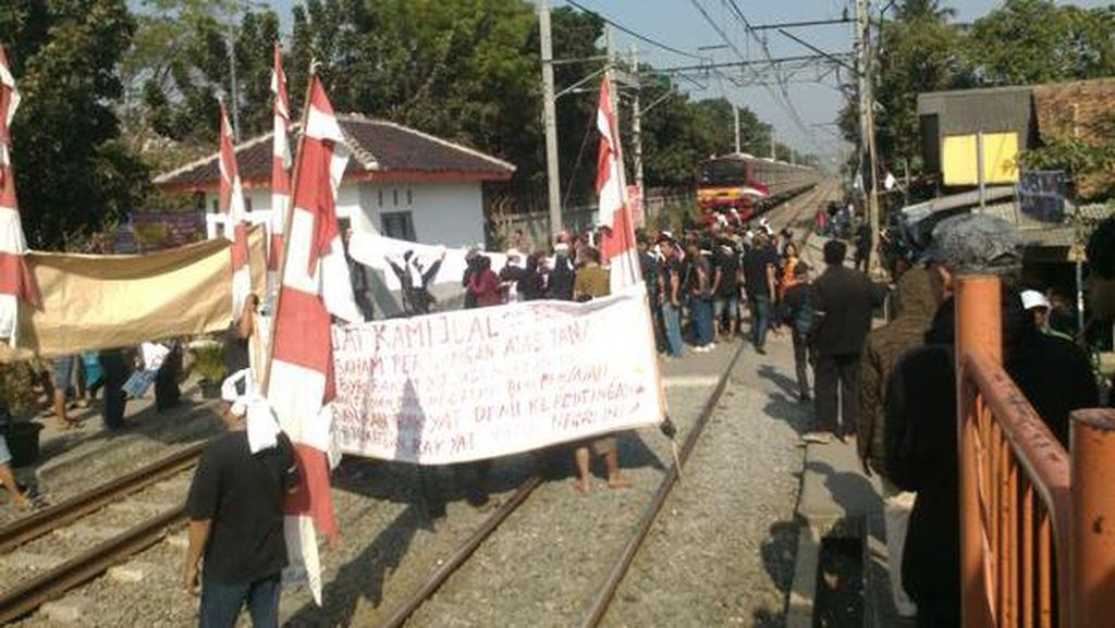 Gelar Demo, Warga di Batu Ceper Hadang KRL yang Hendak Melintas