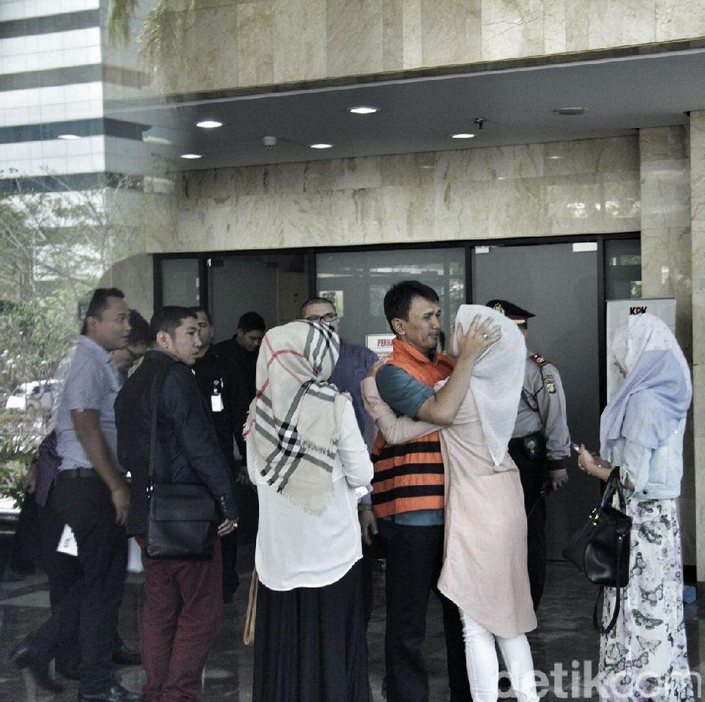3 Putri Sambut Gubernur Gatot di KPK, Istri Pertama Tak Ada