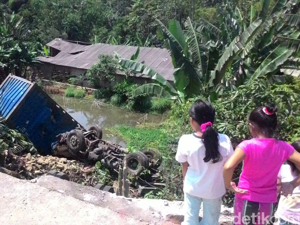 Truk Kontainer Tabrak Nenek Pejalan Kaki di Bogor, Lalu Terjun ke Jurang