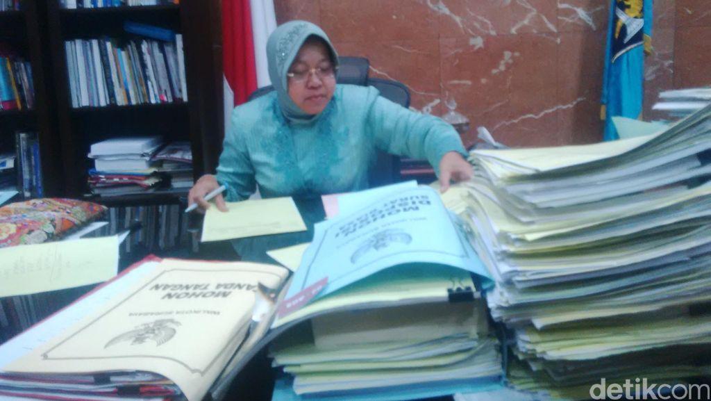 1,5 Bulan Lagi Lengser, Begini Sibuknya Risma di Tengah Tumpukan Dokumen