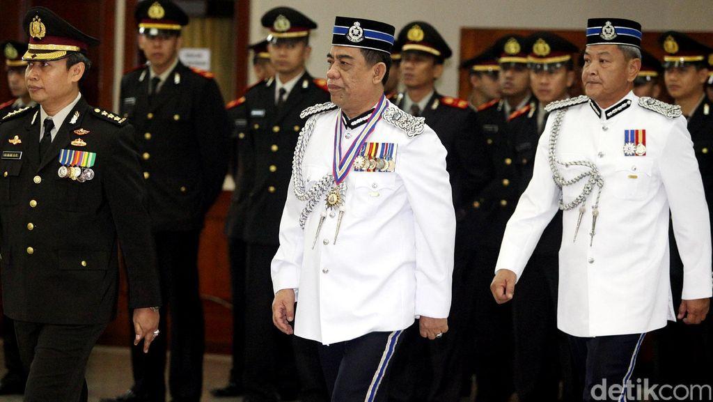Tingkatkan Kerjasama, Mabes Polri Beri Penghargaan 2 Polisi Malaysia