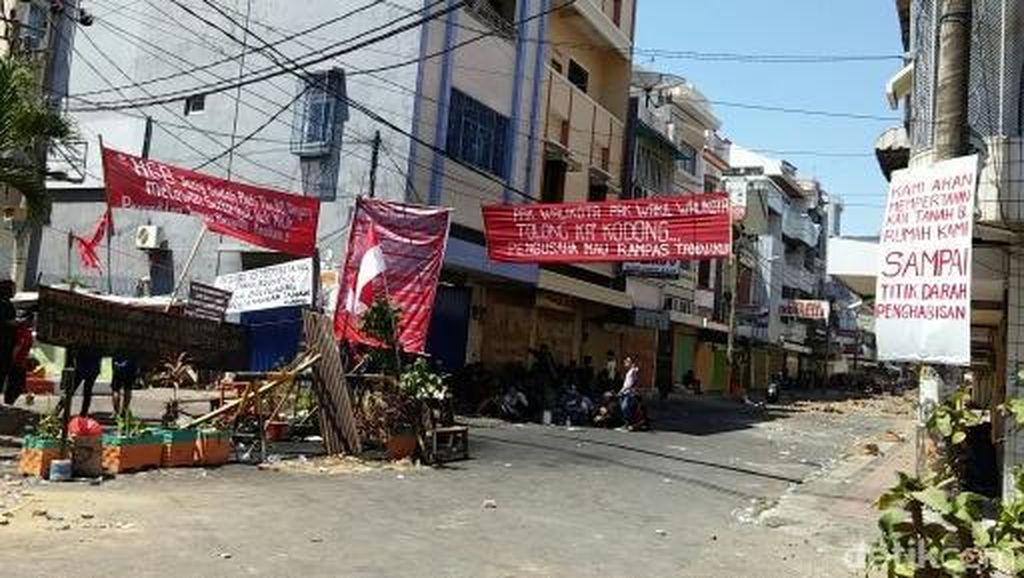 Tolak Eksekusi, Ratusan Warga Blokir Jalan Somba Opu Makassar
