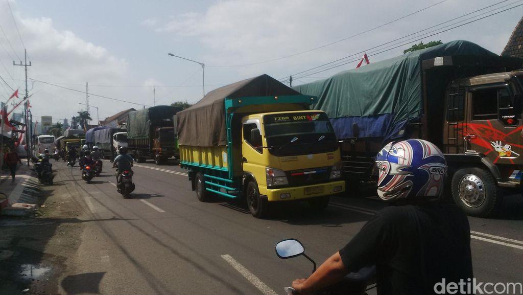 Imbas Pelarangan Kapal LCT, Antrean Truk Menuju Ketapang Capai 20 Kilometer