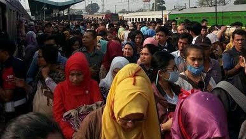 KRL Bogor-Jatinegara Gangguan di Manggarai, Ratusan Penumpang Bingung