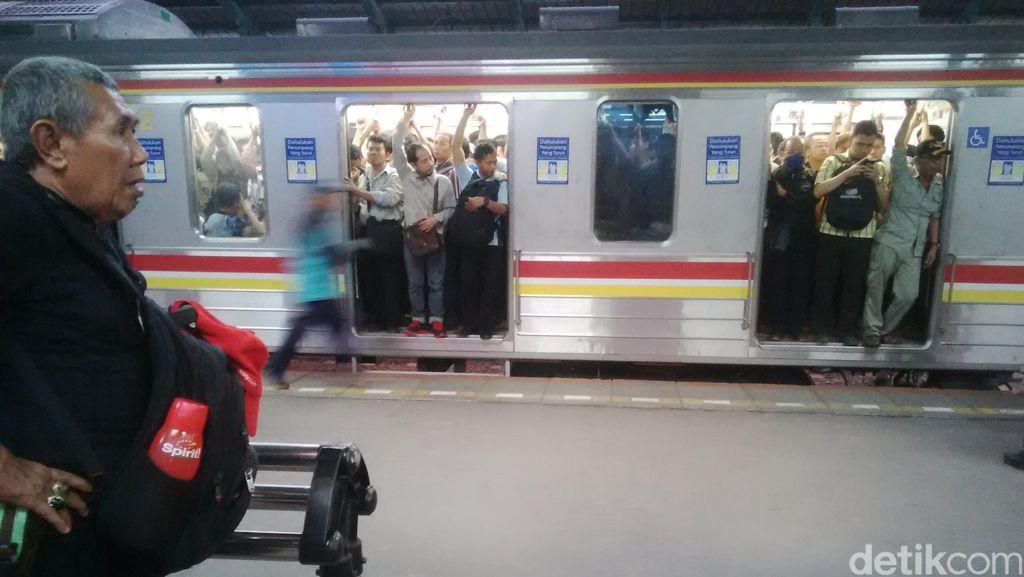 Ada Gangguan Sedikit, Mengapa Commuter Line Langsung Berubah Tak Nyaman?