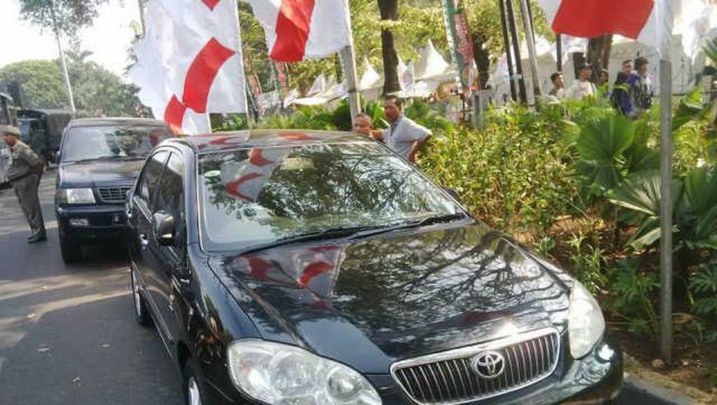 Dishub DKI Gembosi Ban Mobil yang Parkir Sembarangan di Lebaran Betawi