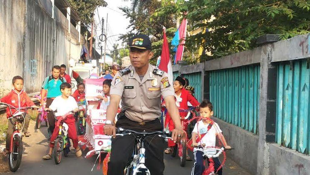 Contoh Nih! Iring-iringan Sepeda Anak-anak ini Berhenti Saat Lampu Merah