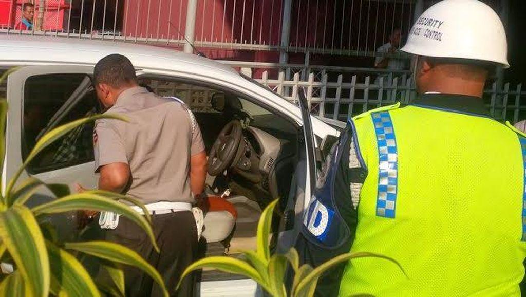 Anak Muda dan Pria ini Turun dari Mobil dan Baku Pukul di Jalan Dekat PIM