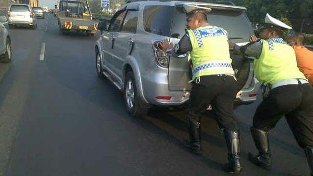 Mantap Komandan! 2 Polisi ini Bantu Dorong Mobil Mogok di Tol Cawang