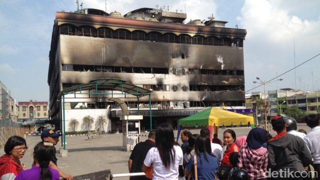 Jadi Tontonan, ini Rupa Medan Plaza yang Menghitam setelah Api Dipadamkan