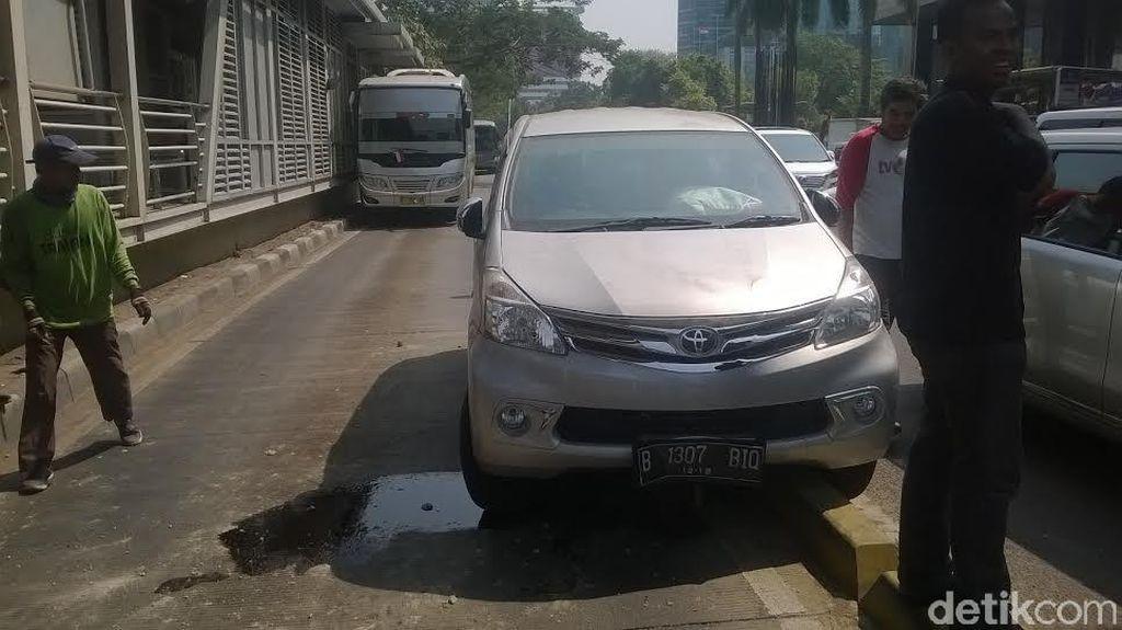 Avanza Tabrak Separator Busway di Depan Gedung KPK