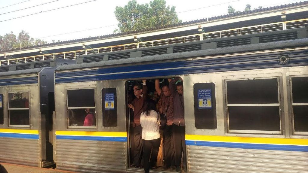 Fiuuh! Commuter Line Semakin Sesak dan Berhimpitan di Jam Berangkat Ngantor