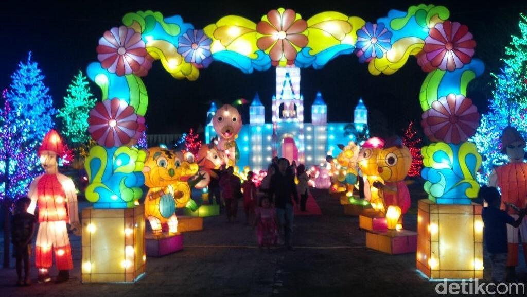 Indahnya Taman dengan Pohon Berdaun Kerlap-kerlip di Jateng Fair