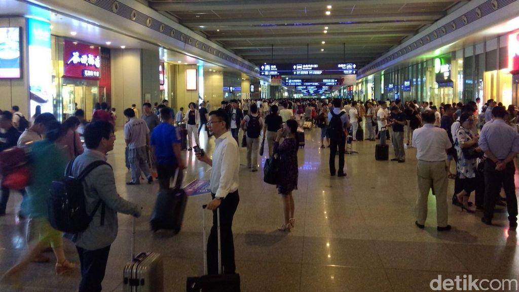 Menengok Sibuknya Stasiun Shanghai Saat Jalan Raya Sepi