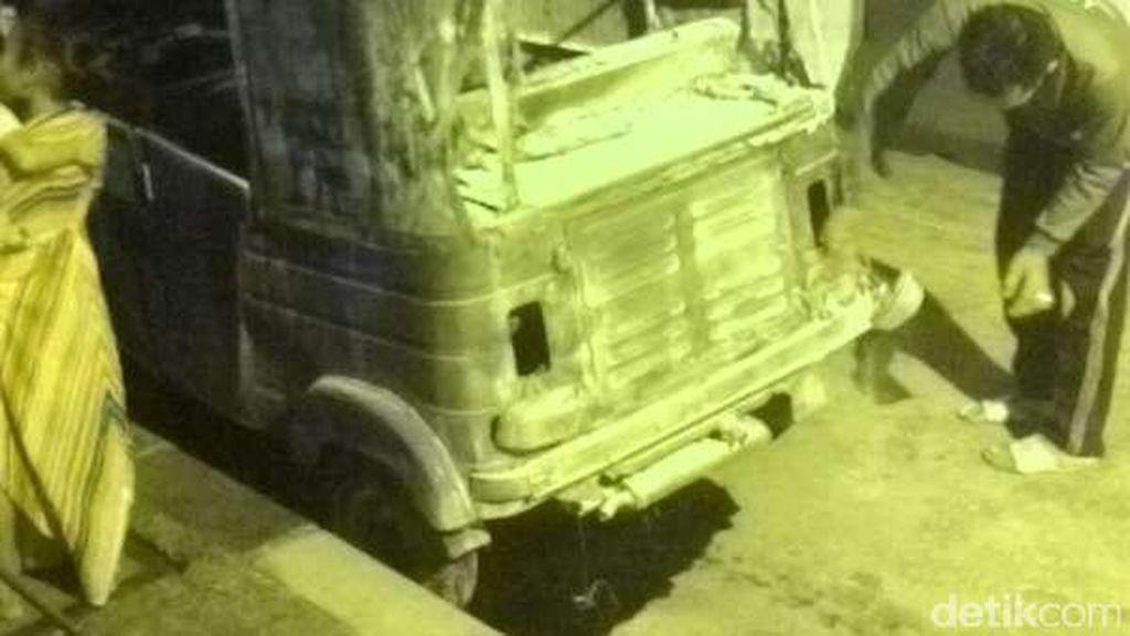 Bajaj BBG Hangus Terbakar di Jembatan Pasar Baru