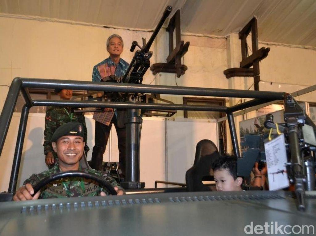 Keren, di Jateng Fair Bisa Foto Bawa Senjata dan Naik Tank TNI