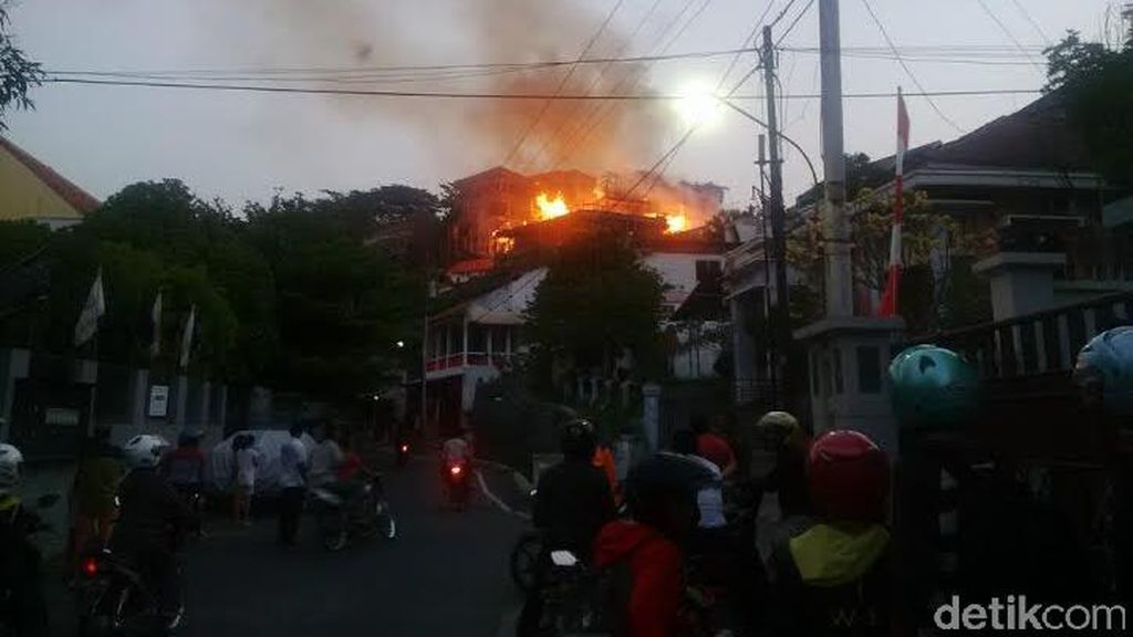 Api Berkobar dari 2 Rumah Mewah, Warga Rinjani Semarang Panik