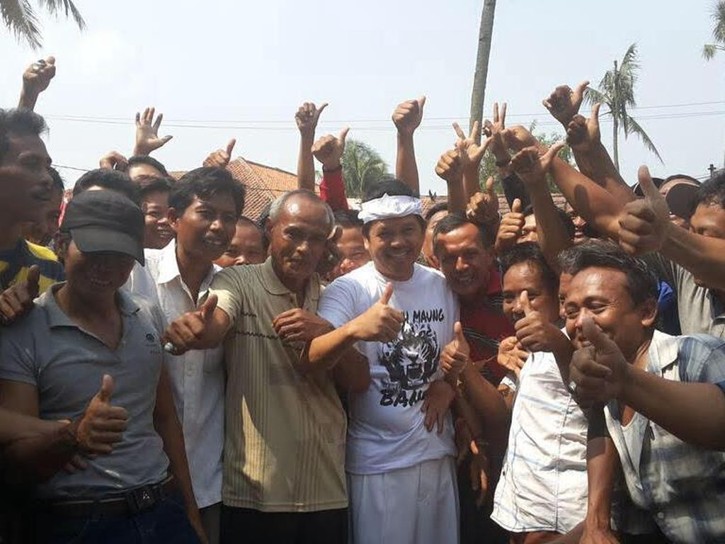 Tutup Jalan untuk Acara Karnaval, Bupati ini Bagi Ratusan Sembako ke Sopir Angkot