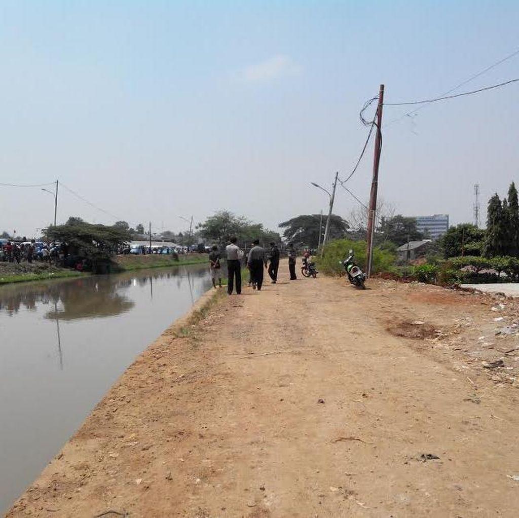 Walau Ada Temuan Bom Rakitan, Warga Tetap Lanjut Gelar Panjat Pinang di Kalimalang