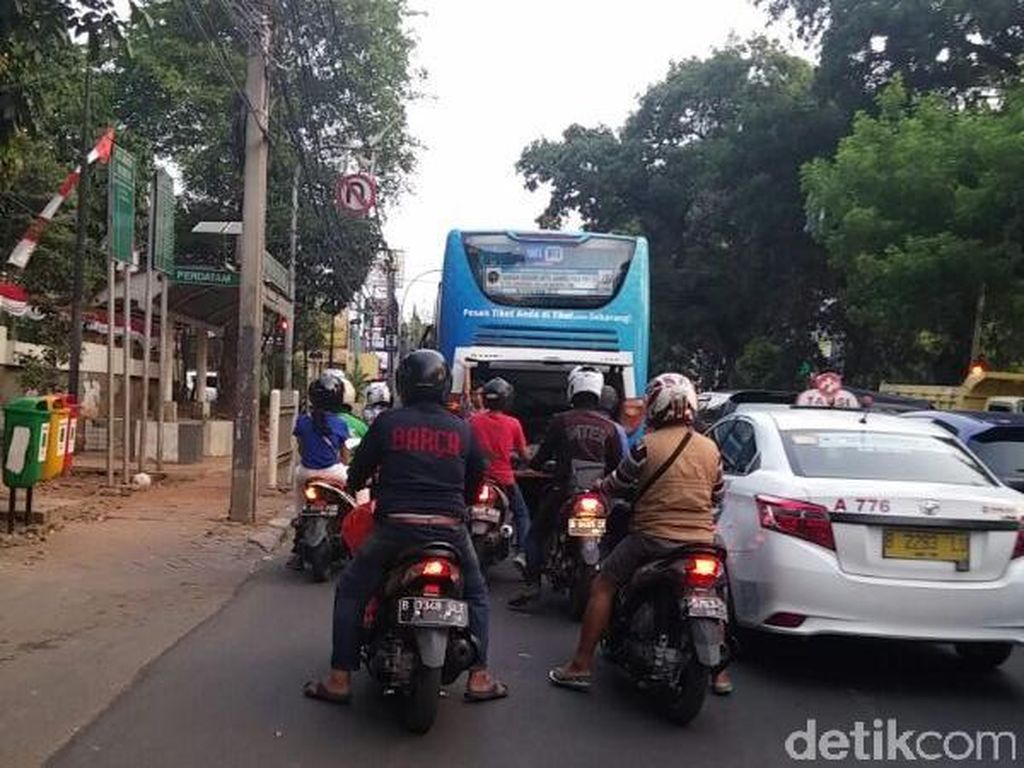 Bus Damri Mogok, Patung Pancoran Arah Pasar Minggu Macet