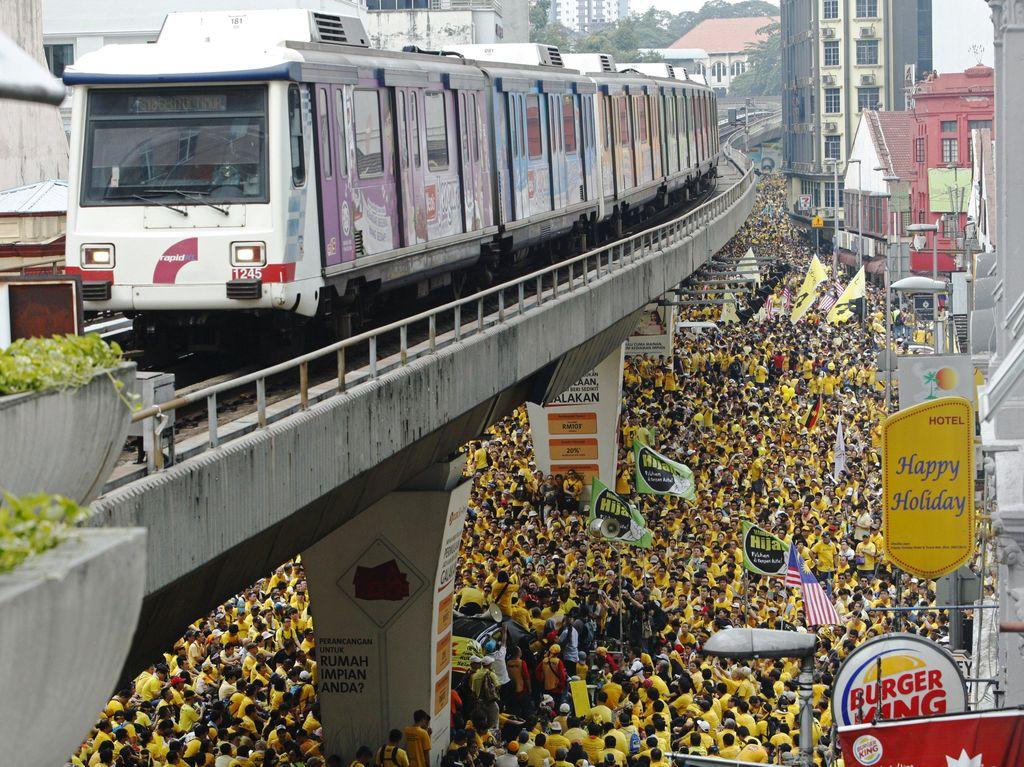 Water Canon Siaga, Cegah Demonstran Anti PM Najib Duduki Dataran Merdeka