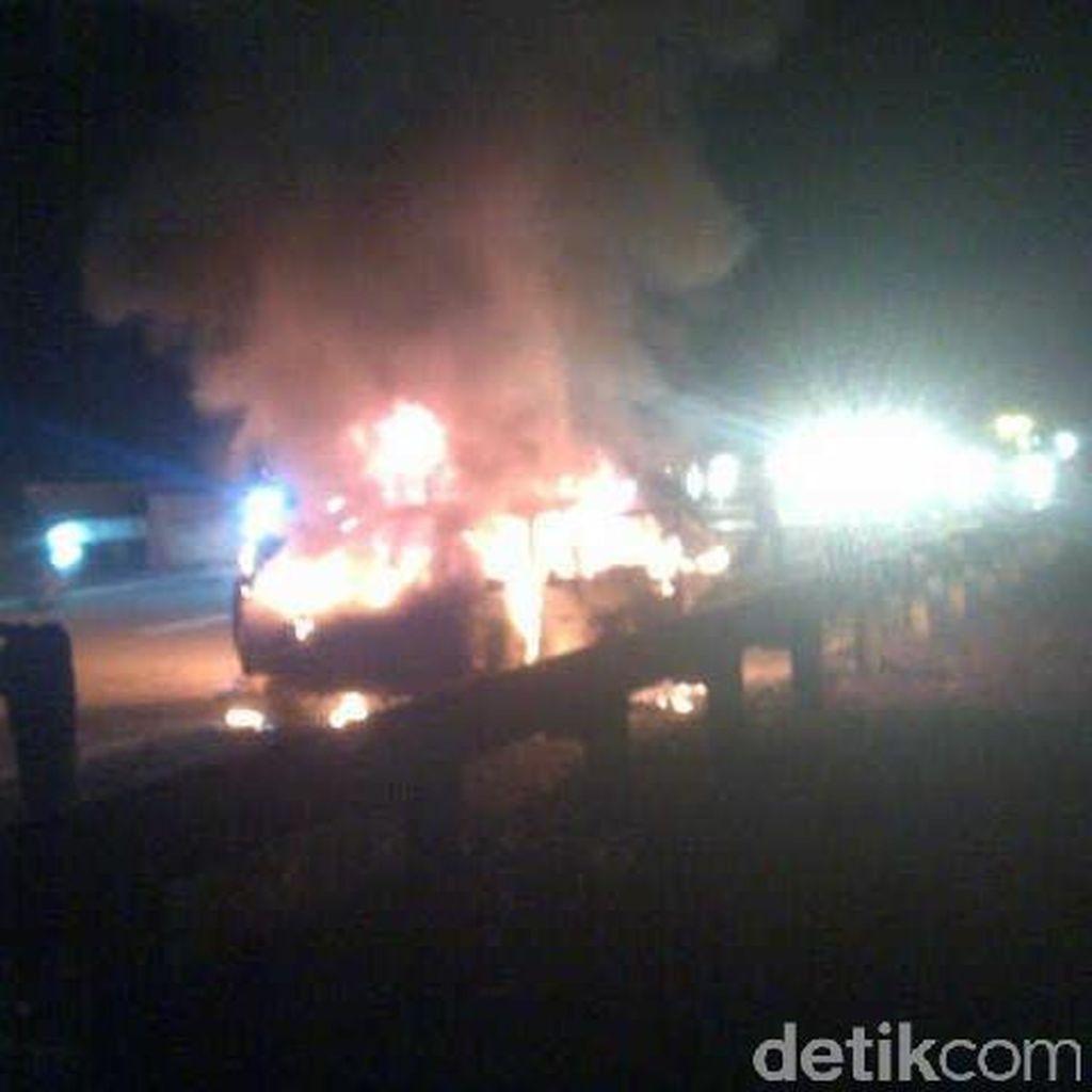 Mobil Corolla Terbakar di Tol Gempol-Pandaan