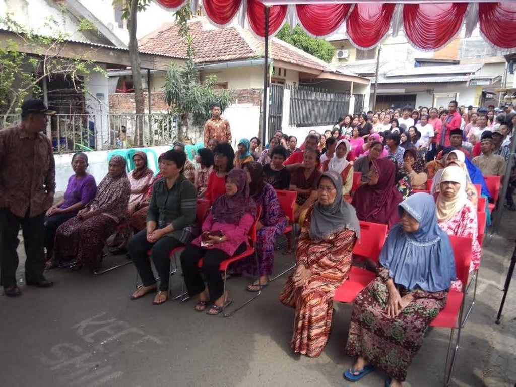 Jokowi Kembali Blusukan di Kampung di Jakarta, Bagi-bagi Sembako ke Warga
