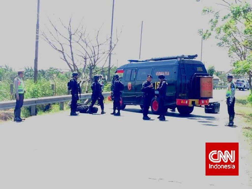 Kardus Diduga Berisi 10 Bom Tergeletak di Tol Dupak Dievakuasi